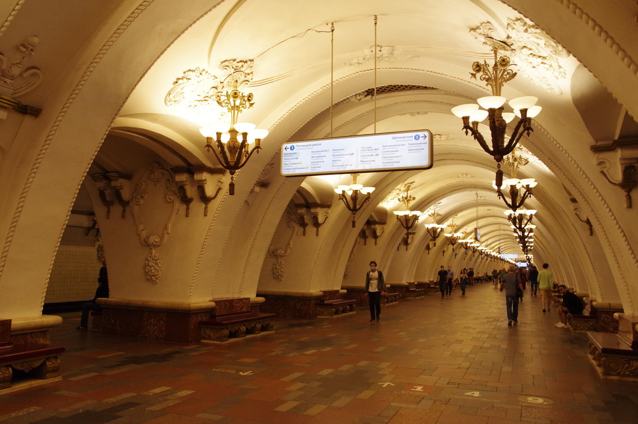 Пассажиры на станции «Арбатская» Арбатско-Покровской линии Московского метрополитена, проект которой создал архитектор Леонид Поляков