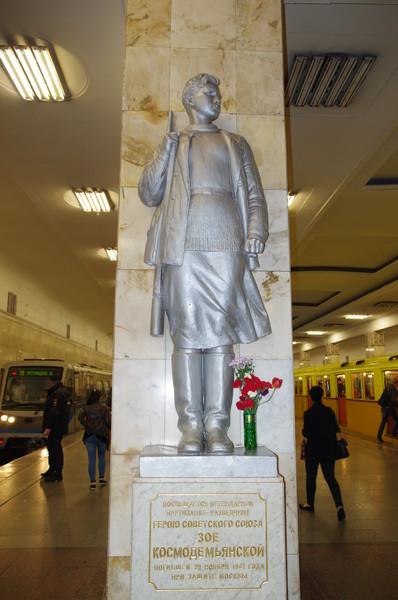 Памятник Зое Космодемьянской на платформе станции метро «Партизанская» в Москве