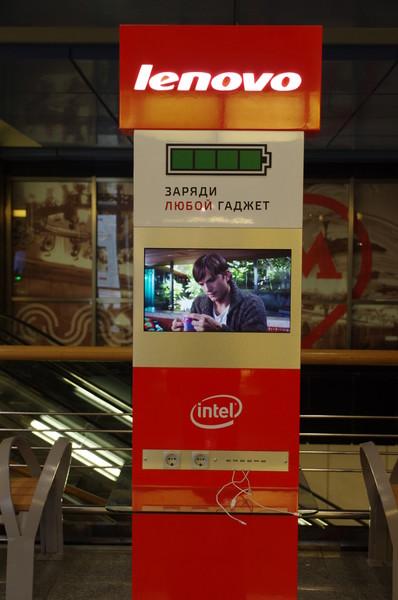 Зарядное устройство для гаджетов на станции «Выставочная» Московского метрополитена