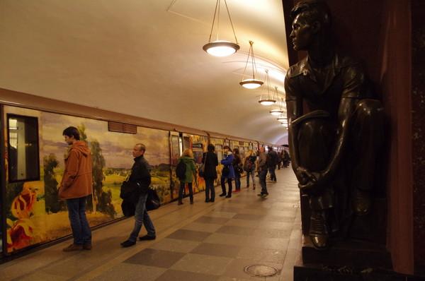 Именной поезд «Акварель» на станции «Площадь Революции»