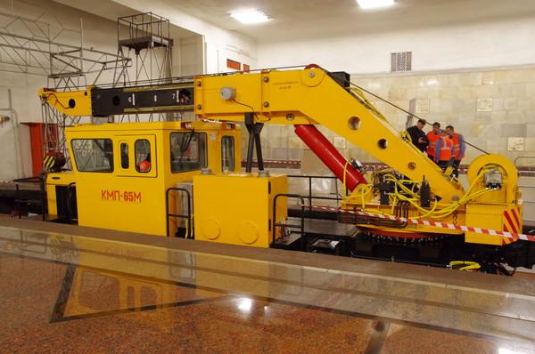 Кран КМП-65М. Кран-манипулятор самоходный на железнодорожном ходу. Максимальная грузоподъёмность 8 тонн, вылет стрелы до 8 метров