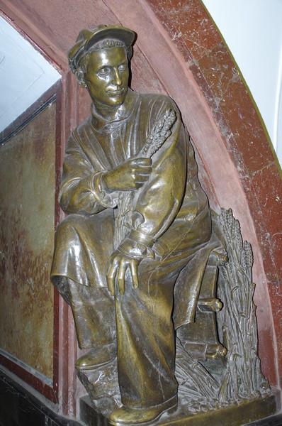 Скульптура «Хлебороб-механизатор» на станции «Площадь Революции» Московского метрополитена