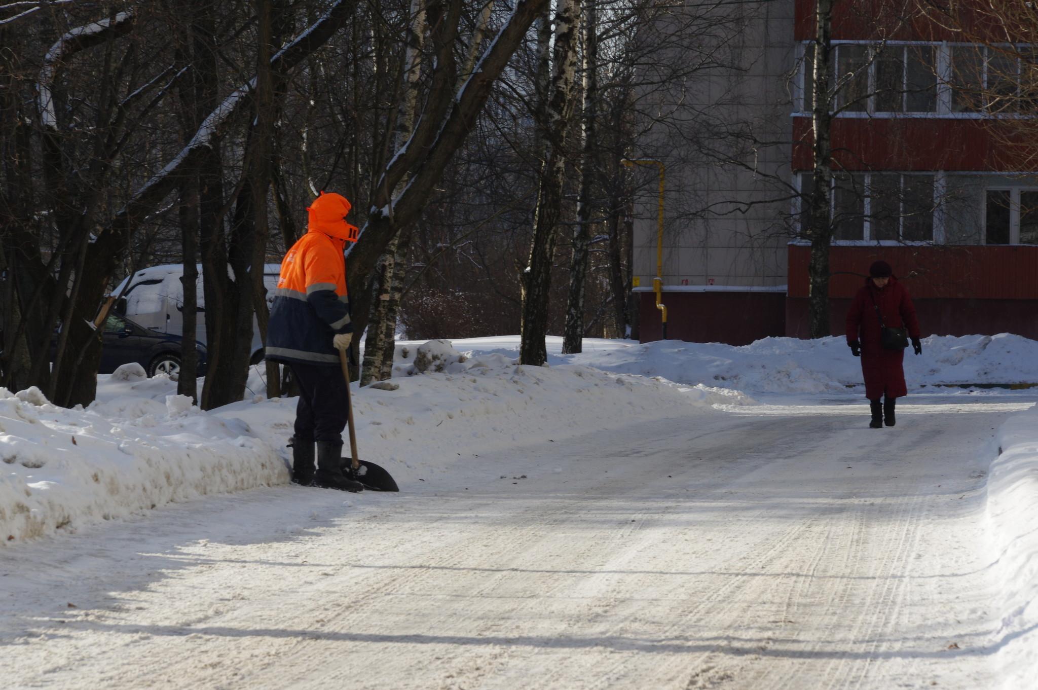 Уборка двора от снега у дома № 9 на 9-ой Северной линии
