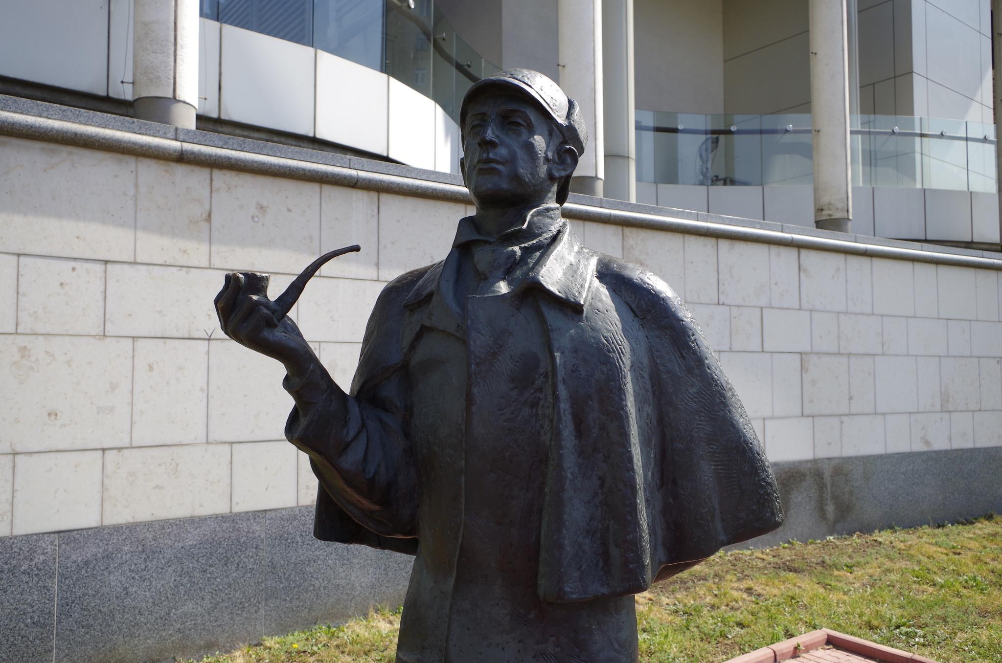 Москва, посольство Великобритании на Смоленской набережной: скульптурная композиция «Шерлок Холмс и доктор Ватсон»