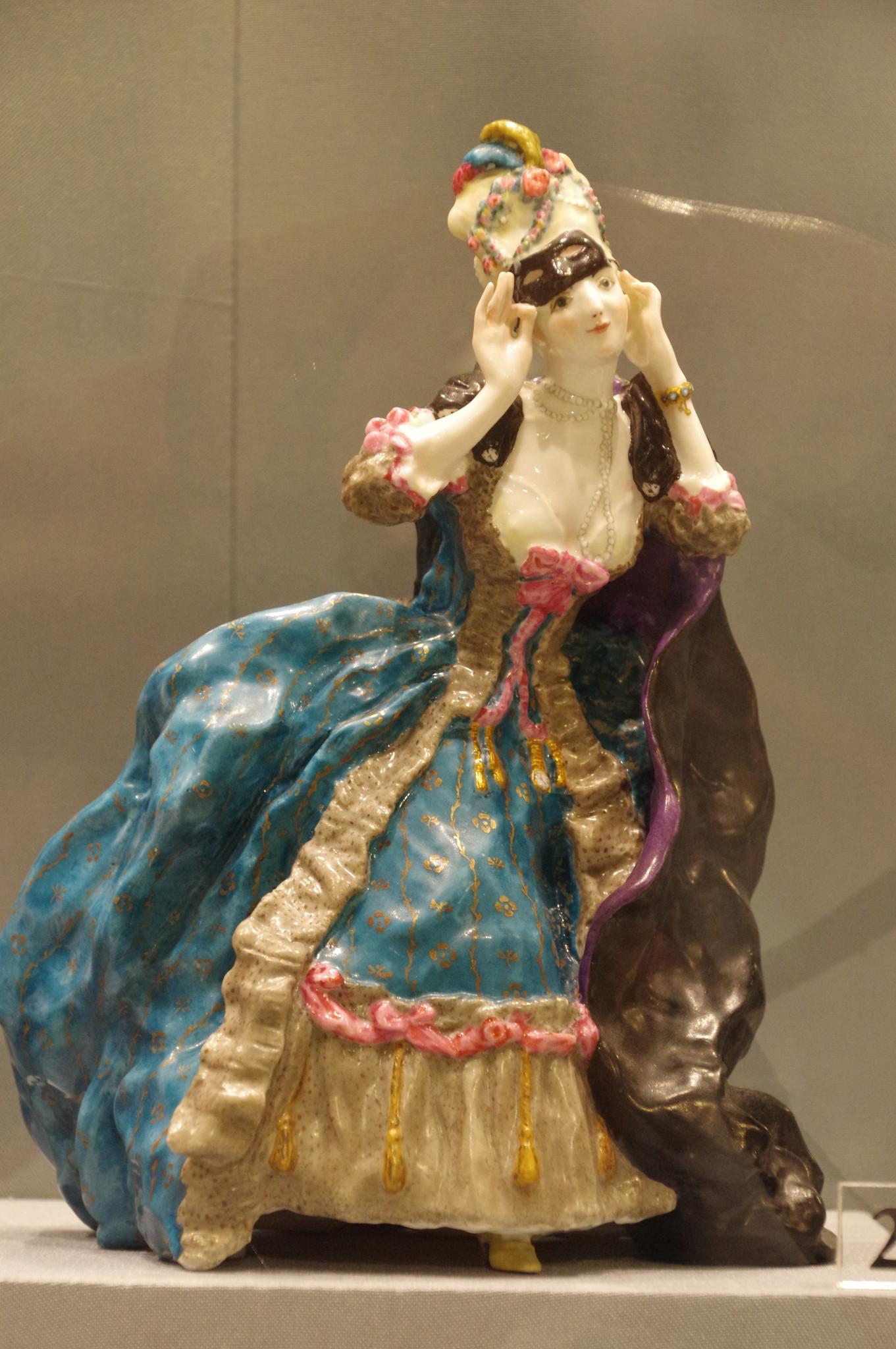 Скульптура «Дама, снимающая маску» Модель К.А. Сомова 1914 г. Фарфор, надглазурная роспись, золочение. Императорский фарфоровый завод