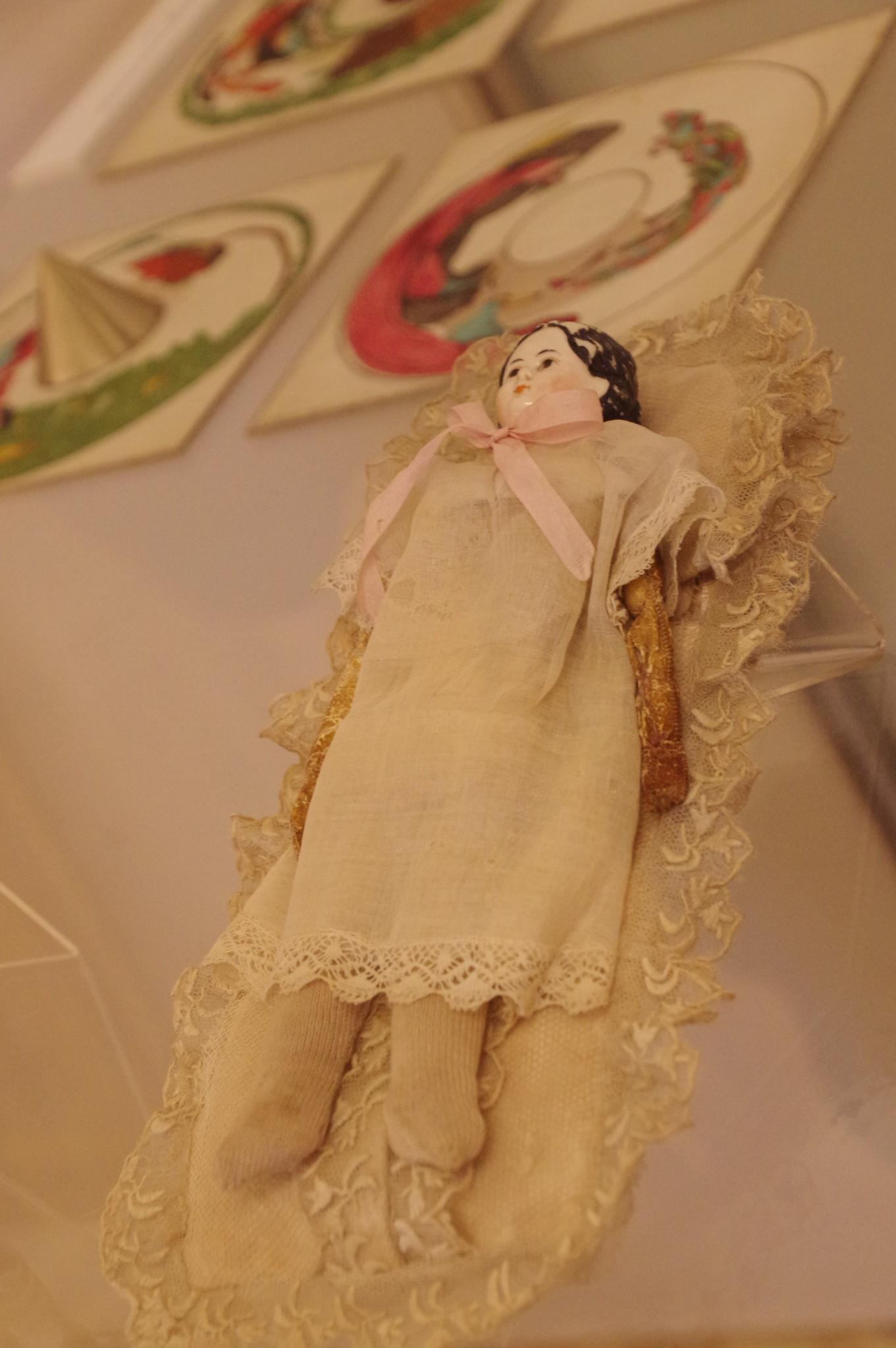 Кукла «Любочка» в конверте. Принадлежала С.А. Пушкину. Россия. 1860-е. Фарфор, роспись надглазурная, лайка, волосы, батист, кружево, трикотаж, ручная работа