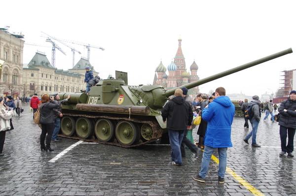 Самоходная артиллерийская установка СУ-100 на Красной площади