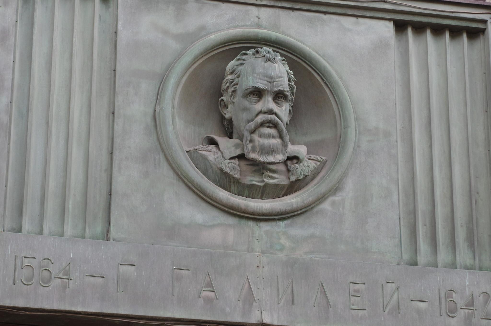 Бронзовый барельеф с изображением Галилео Галилея расположенный между пилонами фасада Российской государственной библиотеки