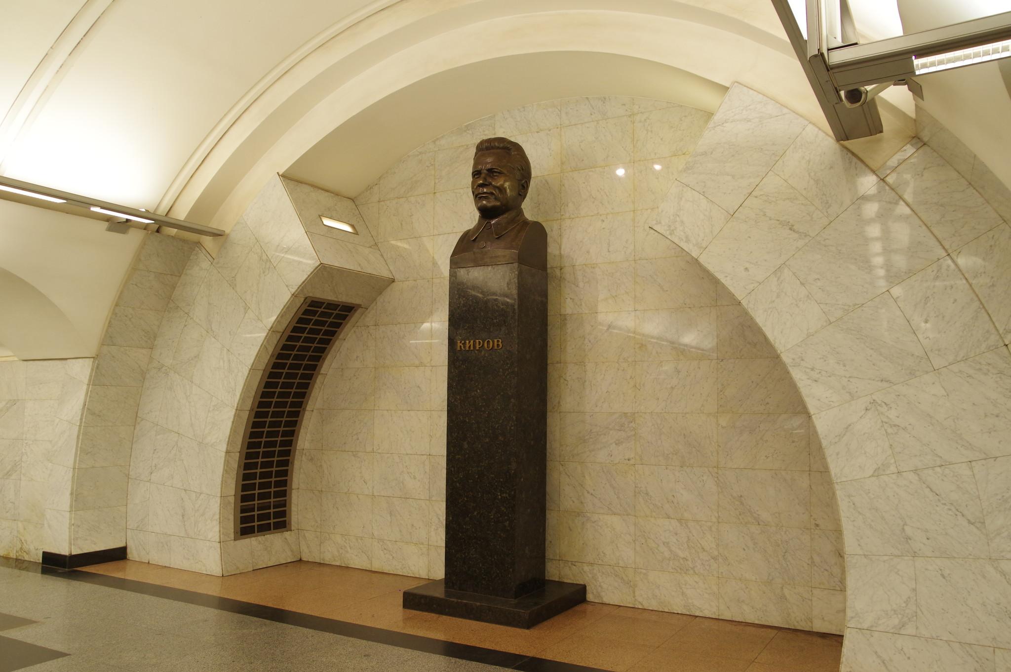 Бюст С.М. Кирова находится в переходе со станции «Сретенский бульвар» на станцию «Тургеневская»