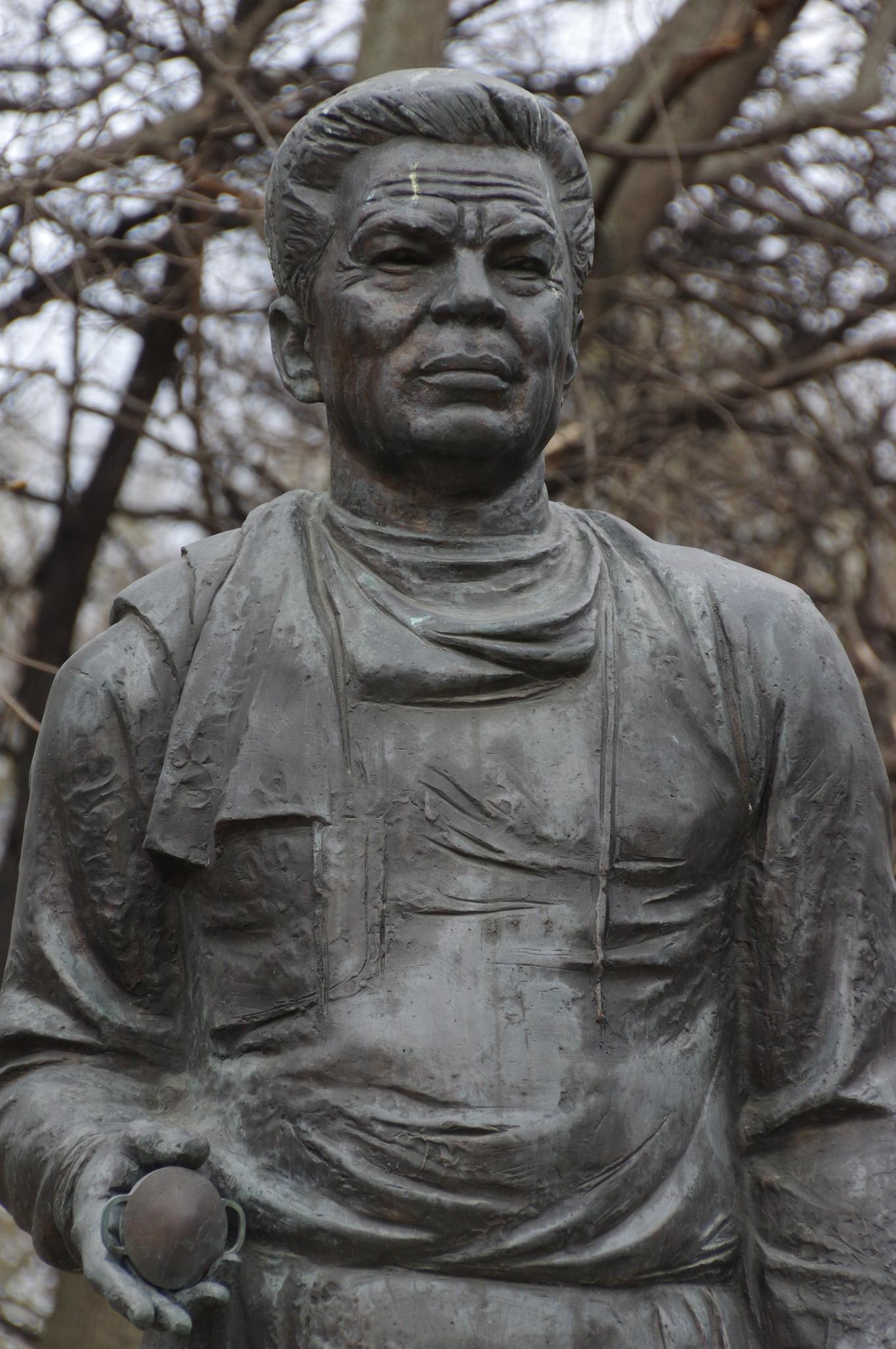 Бронзовый памятник офтальмологу Святославу Николаевичу Фёдорову