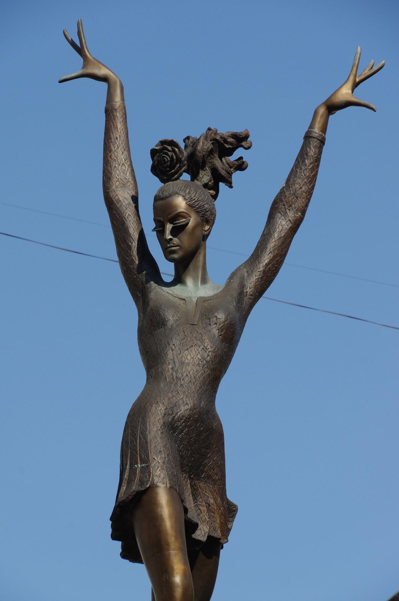 Памятник одной из величайших балерин XX века М.М. Плисецкой