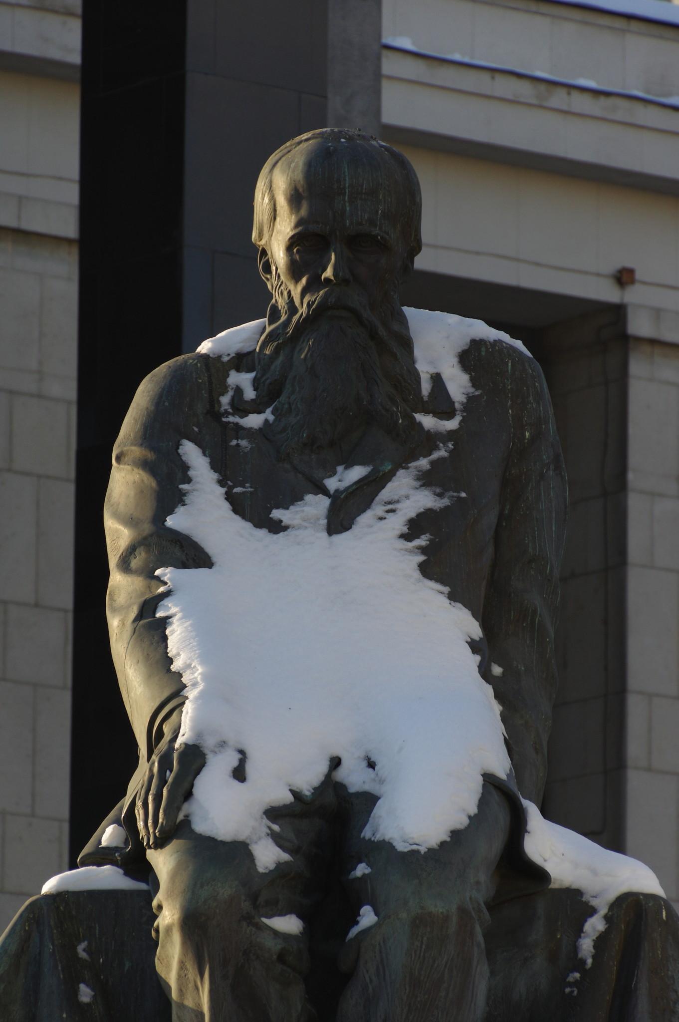 Памятник Фёдору Михайловичу Достоевскому у здания Российской Государственной Библиотеки