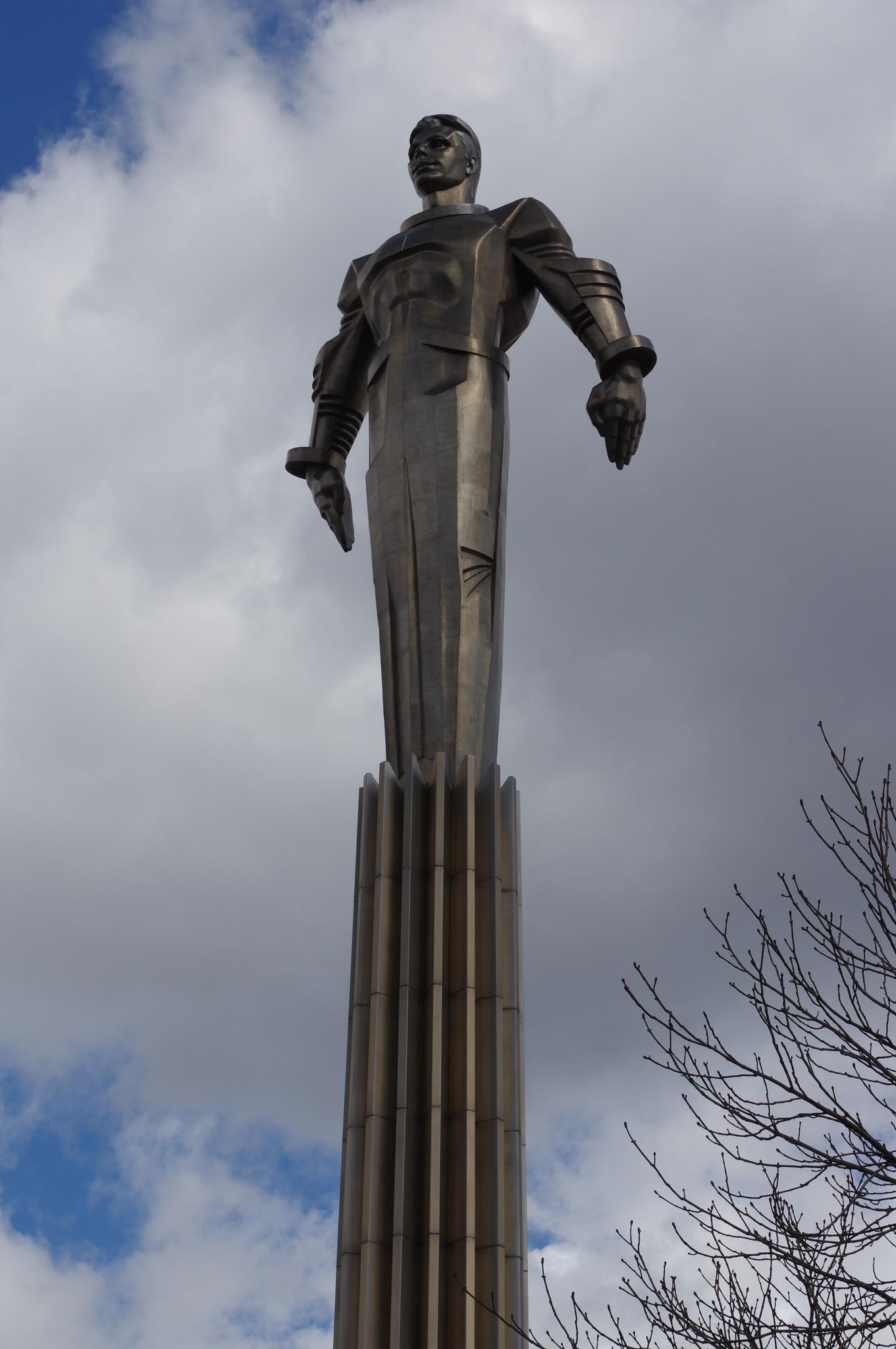 Памятник Юрию Алексеевичу Гагарину на площади Гагарина