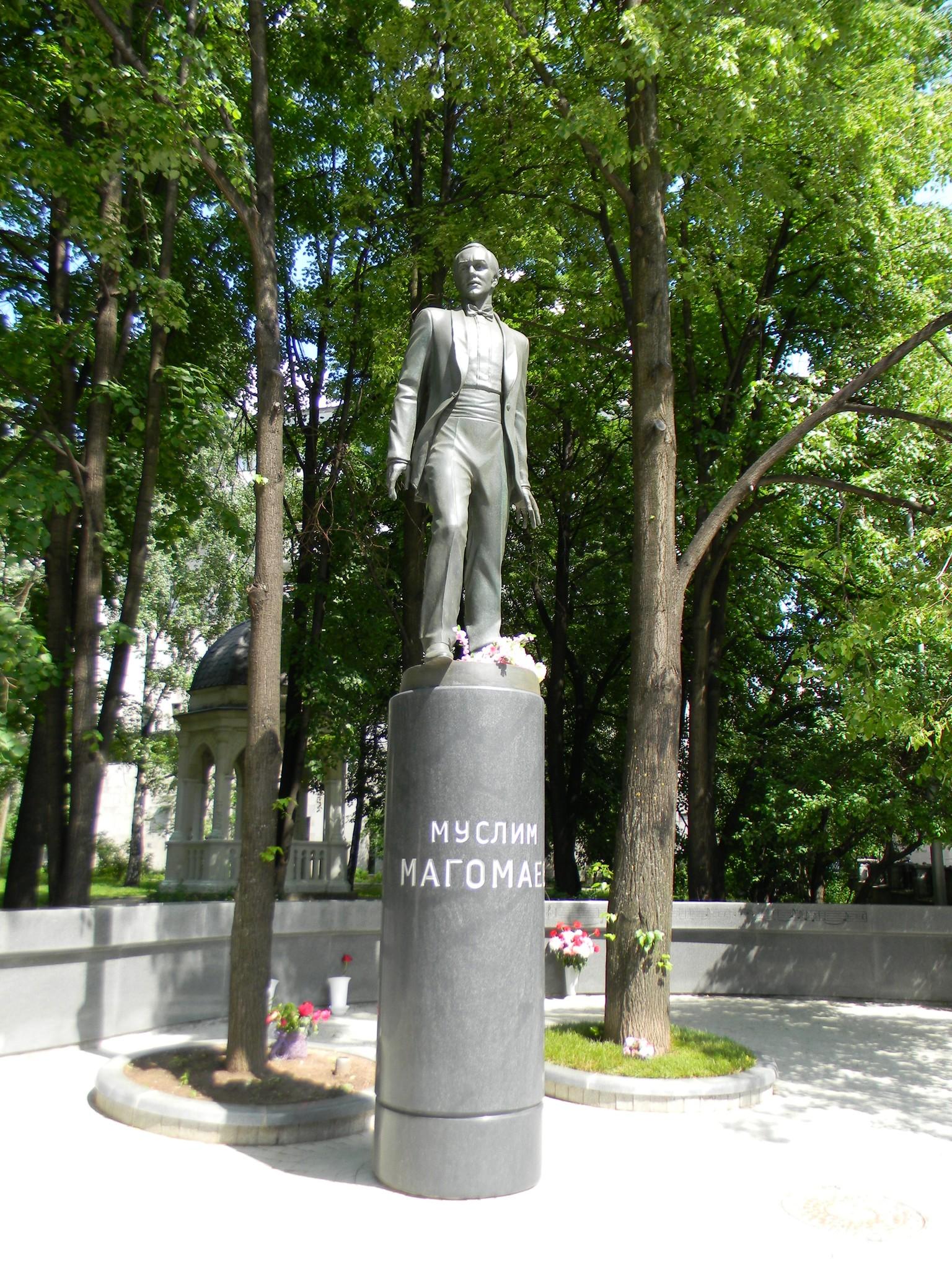 Памятник Муслиму Магомаеву в сквере по Леонтьевскому переулку, напротив здания посольства Азербайджана в Москве