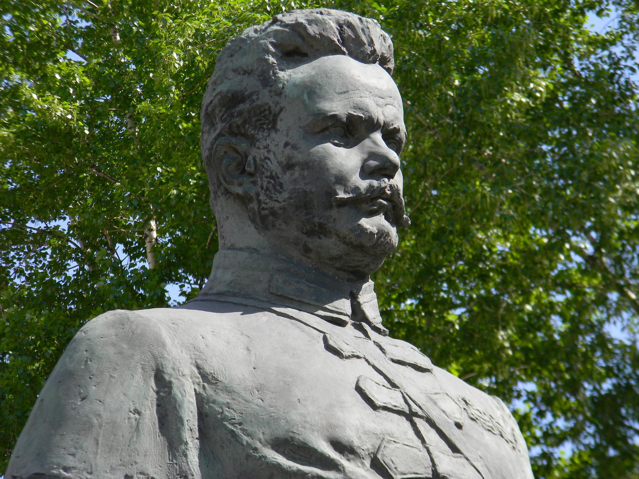 Памятник Михаилу Васильевичу Фрунзе на улице Знаменке