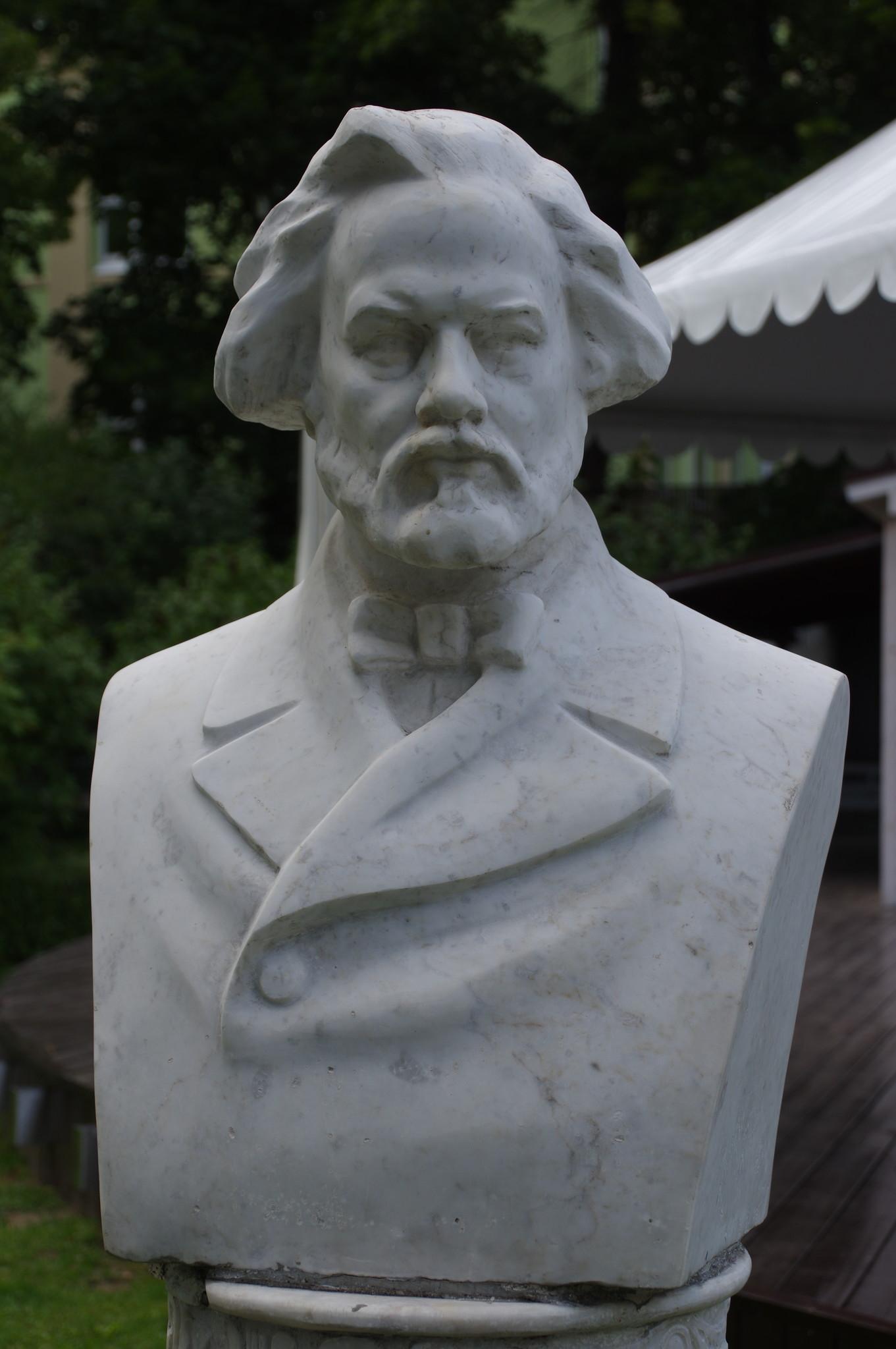 Памятник-бюст Михаилу Ивановичу Глинке в Саду «Эрмитаж»