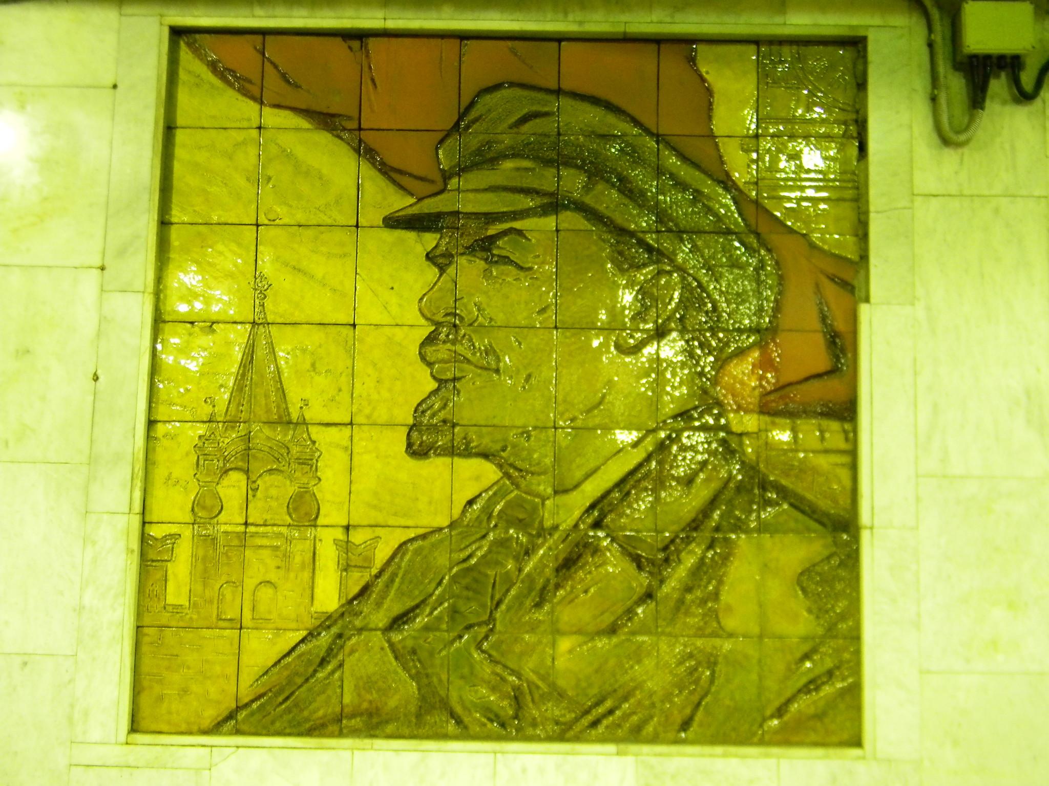 Майоликовый портрет Владимира Ильича Ленина на стене вестибюля станции «Боровицкая», который встроен в западный вестибюль станции «Библиотека имени Ленина» Сокольнической линии