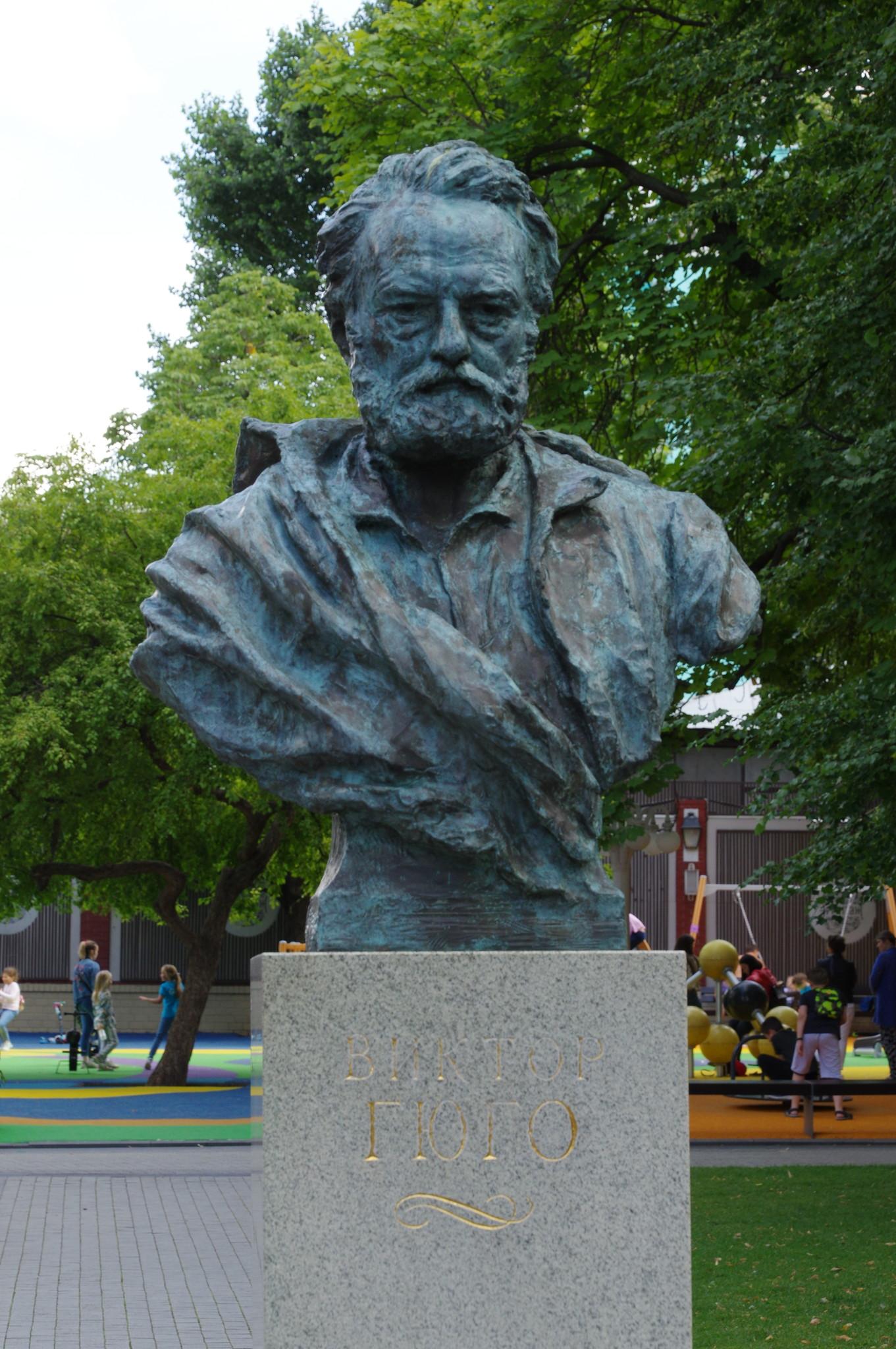 Бюст Виктору Гюго в саду «Эрмитаж»