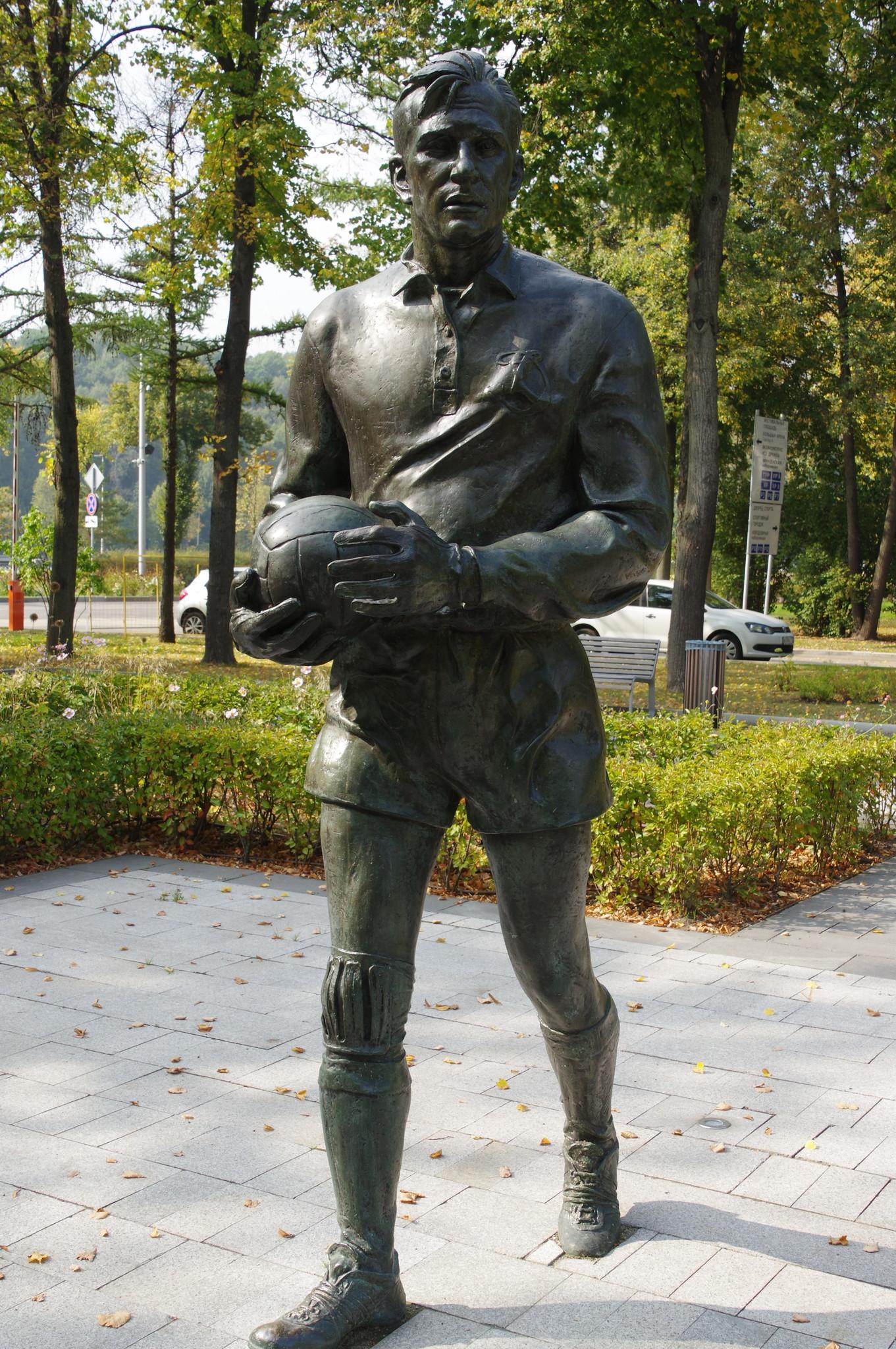 Памятник Льву Яшину на Аллее спортивной славы в Лужниках