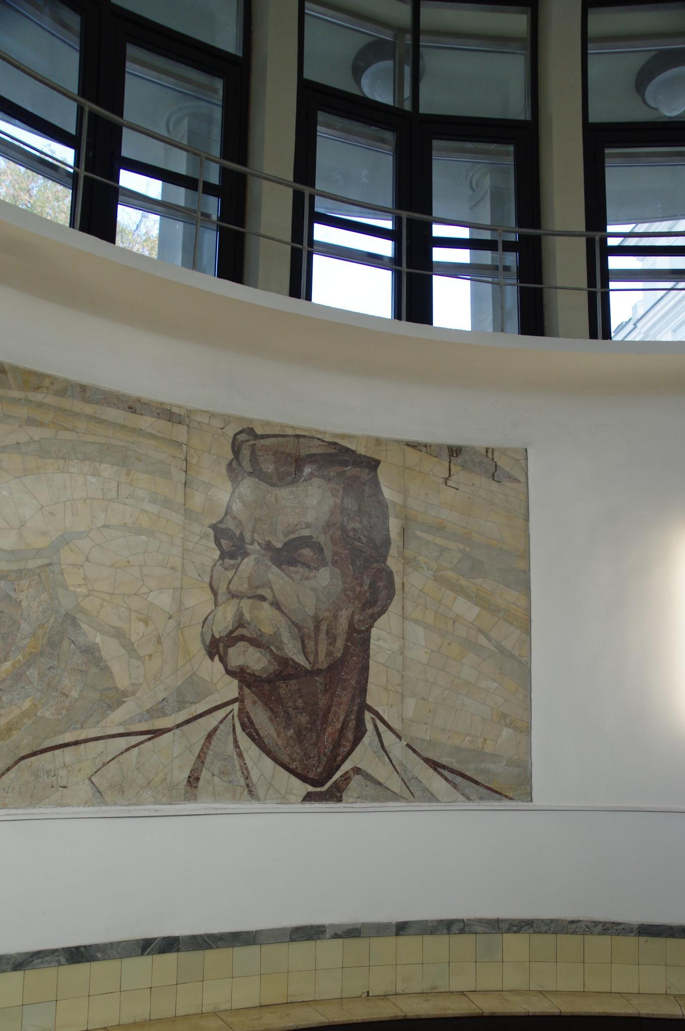 Мозаичное панно с изображением Максима Горького в северном вестибюле станции «Парк культуры»