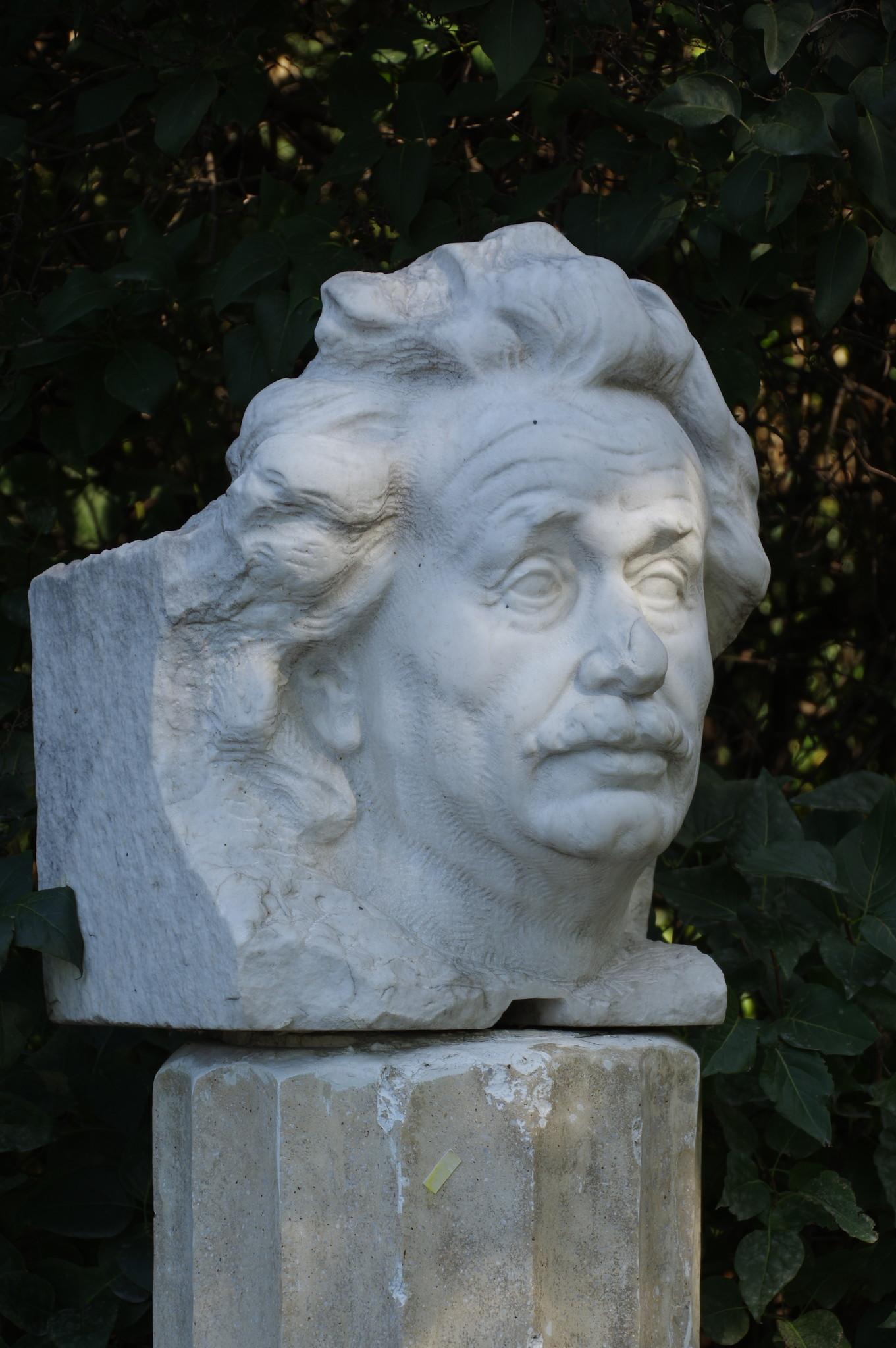 Портрет Альберта Эйнштейна. Виленский З.М. 1979 г. Мрамор. Парк искусств «Музеон»
