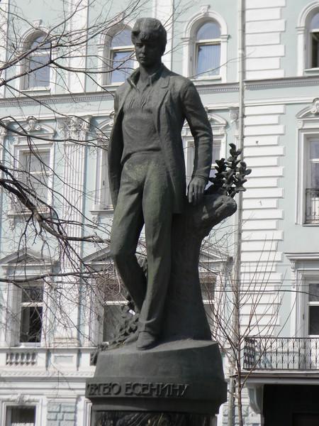 Памятник Сергею Александровичу Есенину открыли на Тверском бульваре в 1995 году 2 октября, приурочив событие к празднованию 100-летнего юбилея со дня его рождения