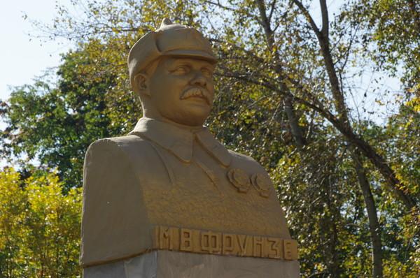 Бюст Михаила Васильевича Фрунзе в сквере Девичьего поля