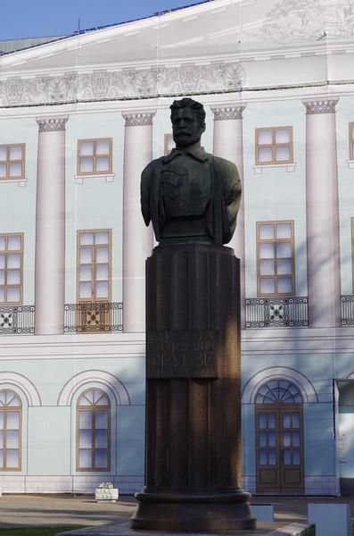 Памятник Михаила Васильевича у Центрального дома Российской армии в Москве