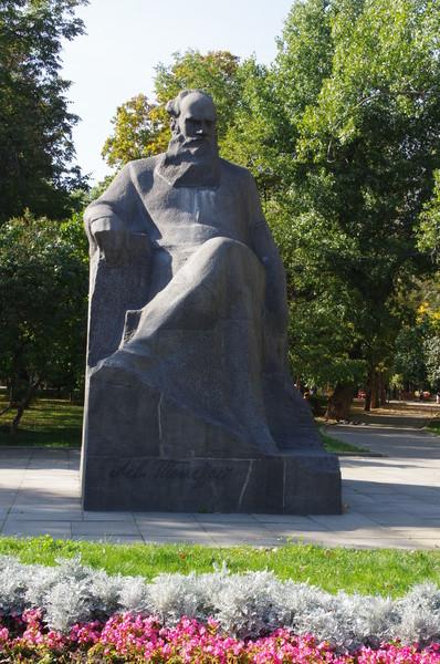 Памятник Льву Толстому в сквере Девичьего поля