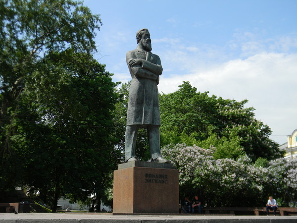 Памятник Фридриху Энгельсу на площади Пречистенские ворота