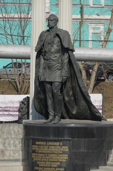 Памятник Александру II установлен на гранитной площадке с северо-восточной стороны Храма Христа Спасителя