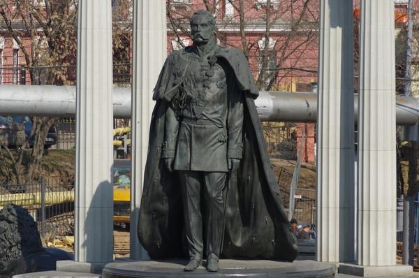 Памятник Александру II на гранитной площадке с северо-восточной стороны Храма Христа Спасителя