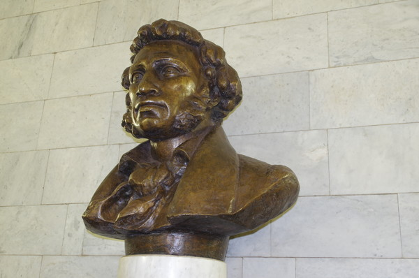 Бронзовый бюст Александра Пушкина на белом гранитном постаменте работы скульптора М.А. Шмакова
