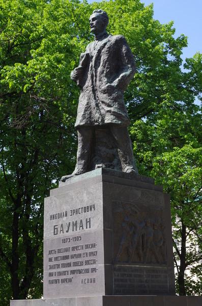 Памятник Бауману в Москве на Елоховской площади в парке перед Елоховской церковью