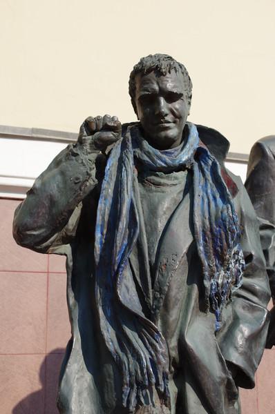 Фигура Геннадия Шпаликова — часть скульптурной композиции у входа во ВГИК имени С.А. Герасимова