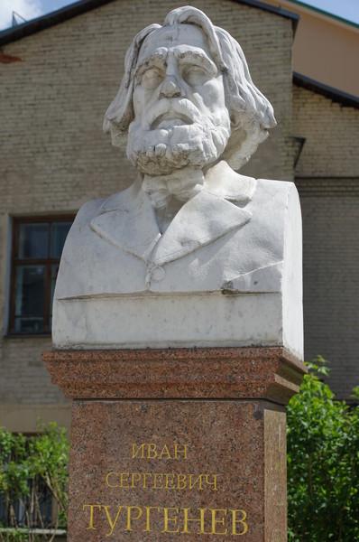 Бюст И.С. Тургенева в сквере перед Библиотекой-читальней (переулок Бобров, дом 6, строение 1)