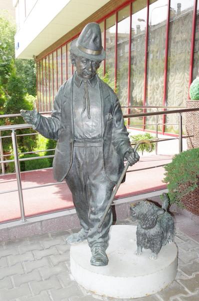 Скульптурная композиция «Карандаш и его собака Клякса» (улица Ефремова, дом 12, строение 2)