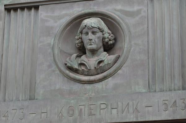Бронзовый барельеф с изображением Николая Коперника расположенный между пилонами фасада Российской государственной библиотеки