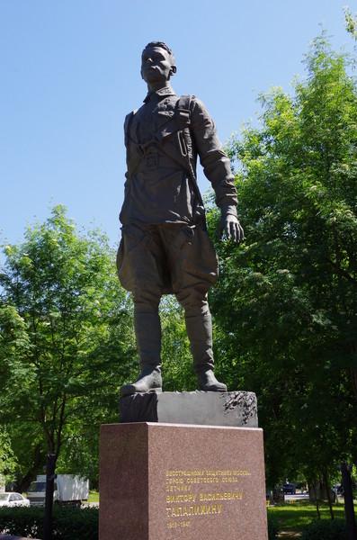 Памятник бесстрашному защитнику Москвы Герою Советского Союза лётчику Виктору Васильевичу Талалихину в Таганском районе города столицы