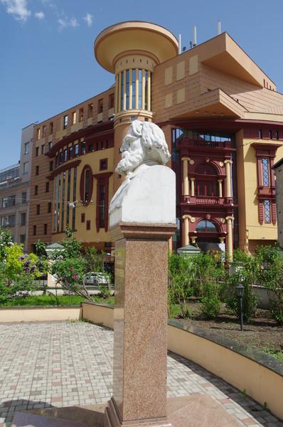 Памятник в честь Ивана Сергеевича Тургенева в Бобровом переулке