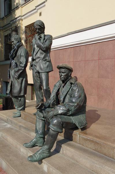 1 сентября 2009 года у входа во ВГИК был открыт памятник трём его известным выпускникам, среди которых и Василий Макарович Шукшин. Автор памятника — скульптор Алексей Алексеевич Благовестнов