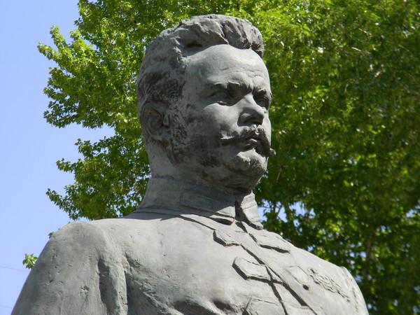 Памятник М.В. Фрунзе на улице Знаменка в Москве