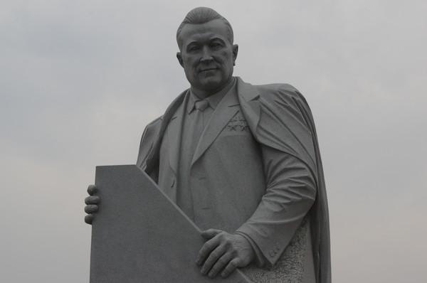 Памятник академику АН СССР, дважды Герою Социалистического Труда на Аллее Героев космоса возле Мемориального музея космонавтики в Москве
