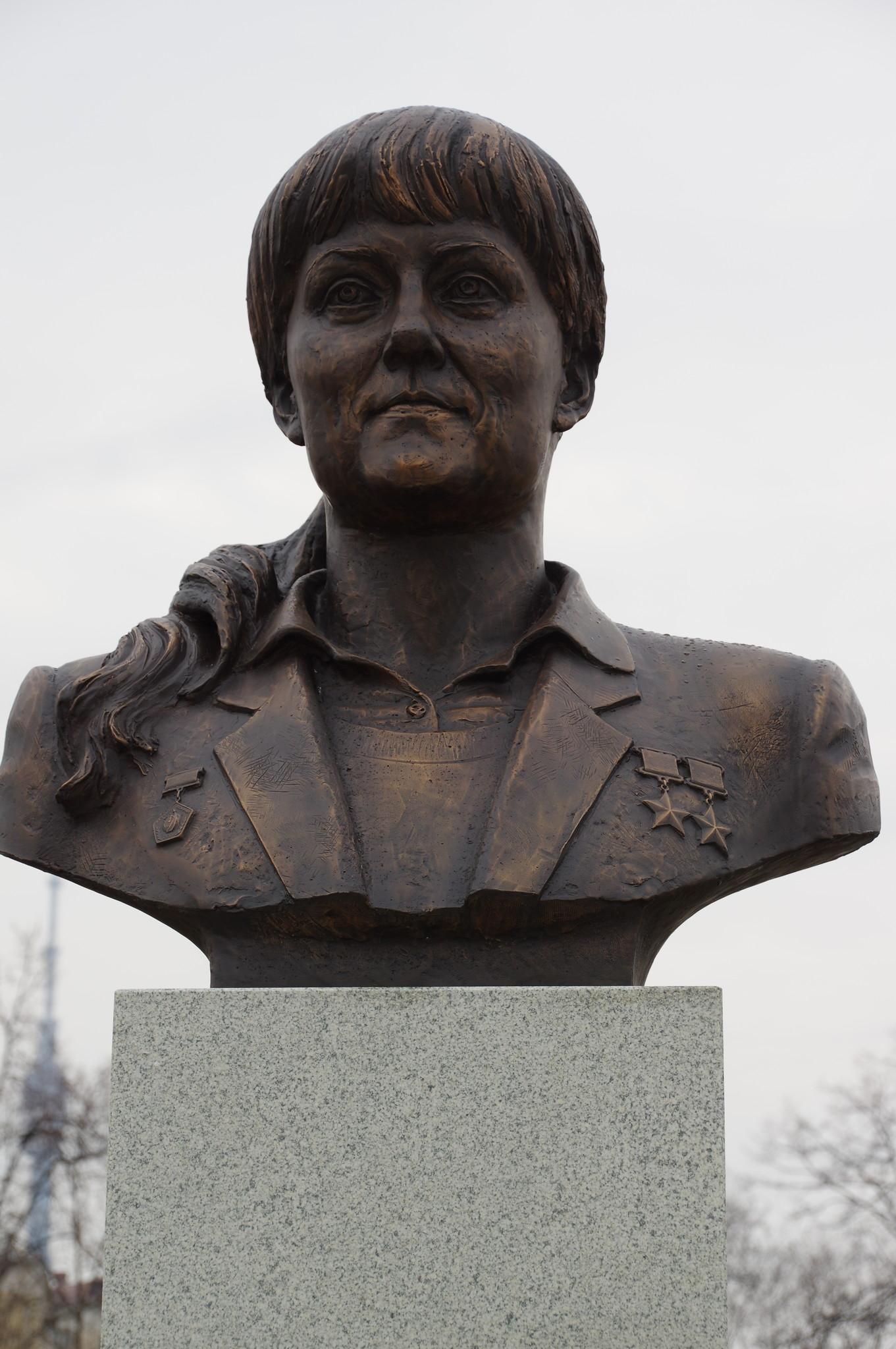 Бюст Светланы Евгеньевны Савицкой - первой в мире женщины-космонавта, вышедшей в открытый космос