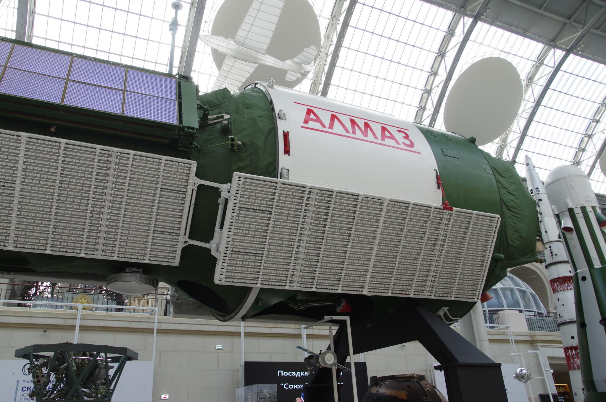 Автоматическая космическая станция «Алмаз». Натурный образец. Центр «Космонавтика и авиация» на ВДНХ