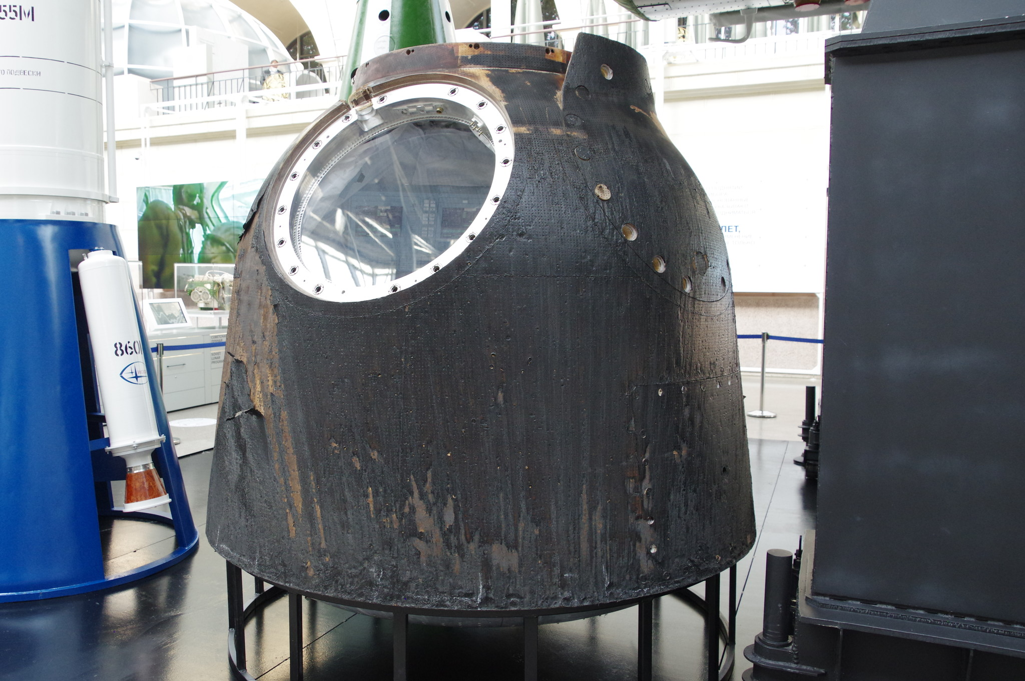 Спускаемый аппарат космического корабля «Союз ТМА». Натурный образец с макетом интерьера. Центр «Космонавтика и авиация» на ВДНХ