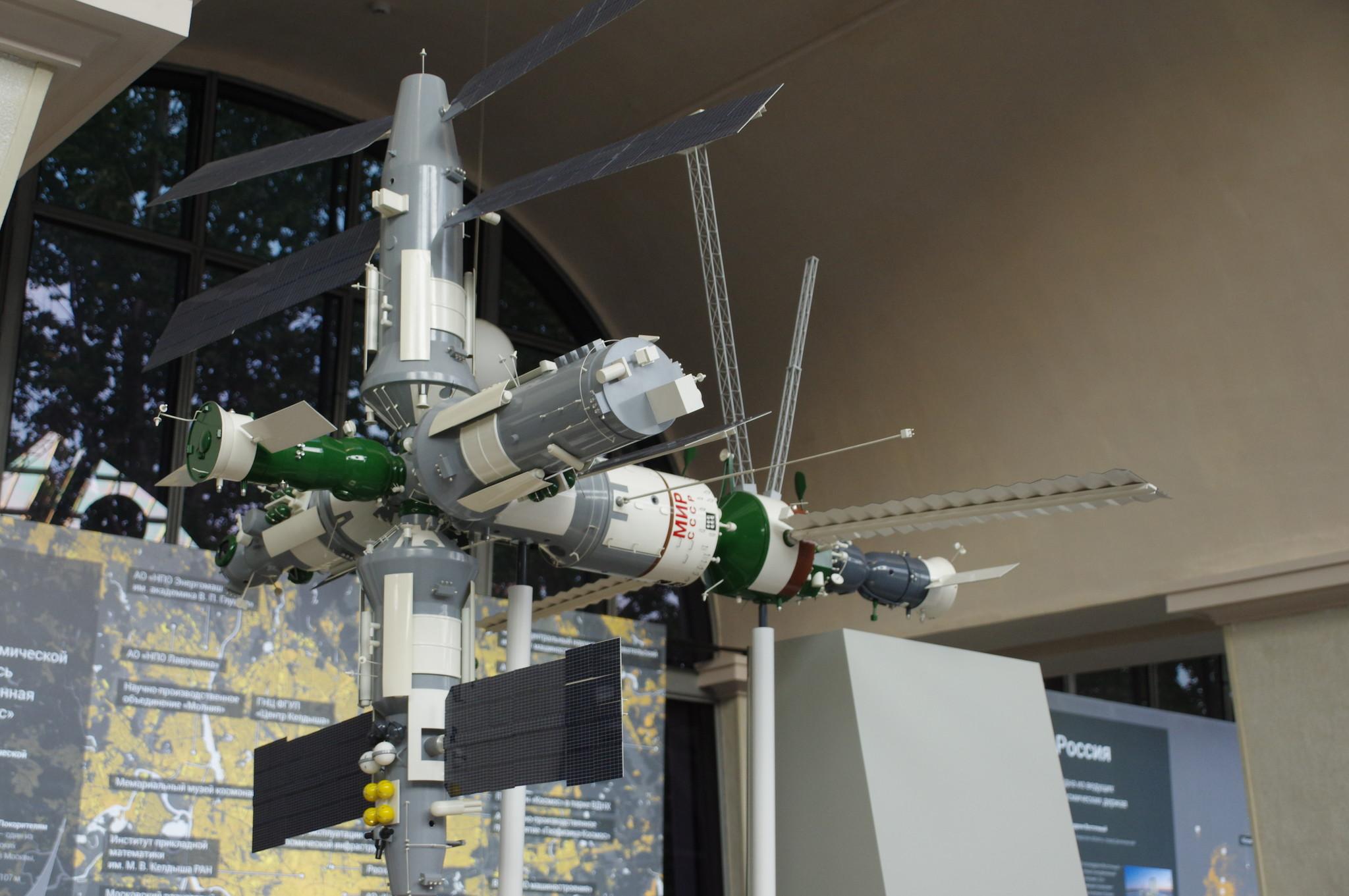 Пилотируемая научно-исследовательская орбитальная станция «Мир». Макет. Центр «Космонавтика и авиация» на ВДНХ
