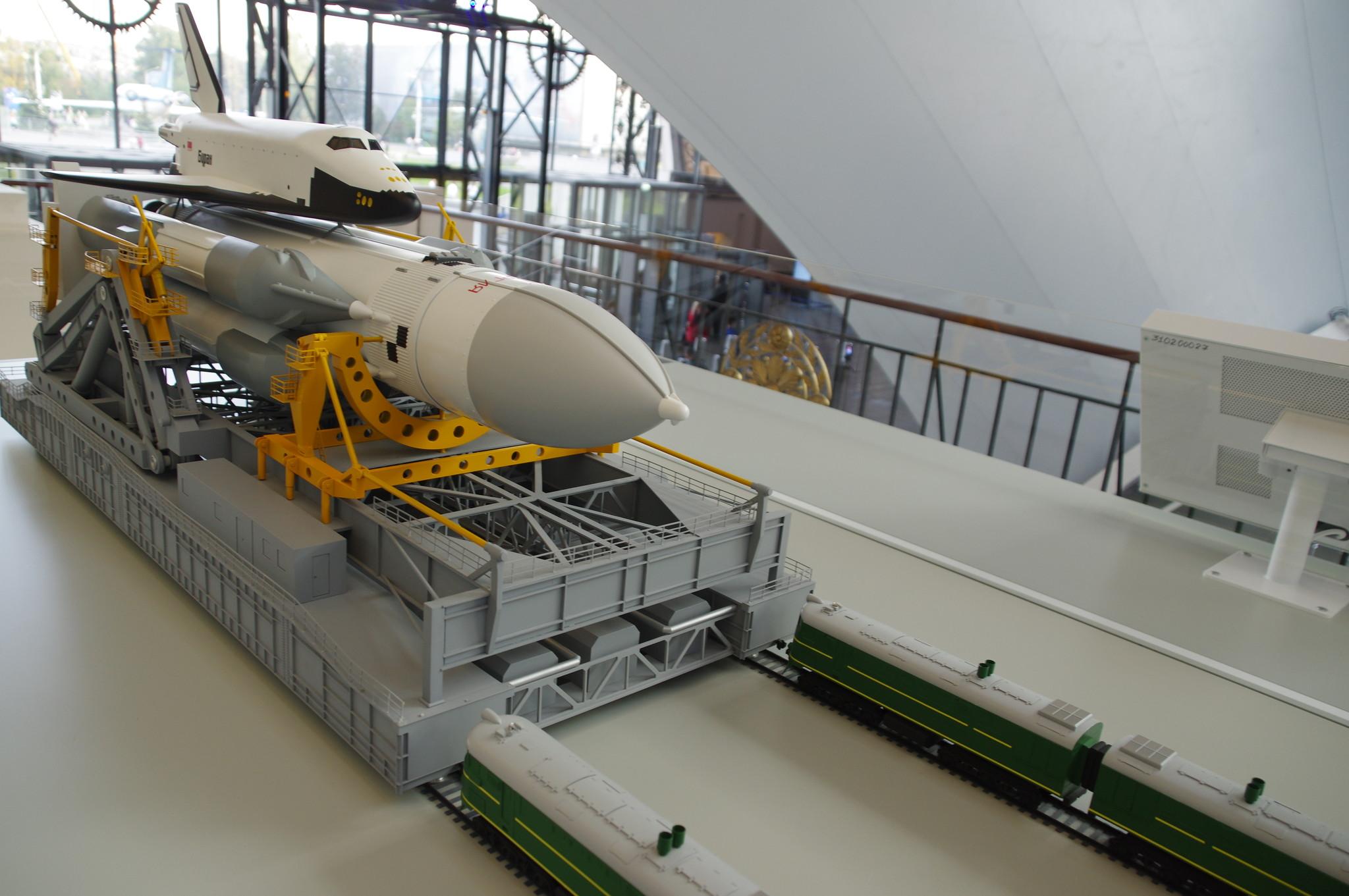 Ракетно-космический комплекс «Энергия-Буран» на транспортно-установочном агрегате. Модель 1:75. Центр «Космонавтика и авиация» на ВДНХ