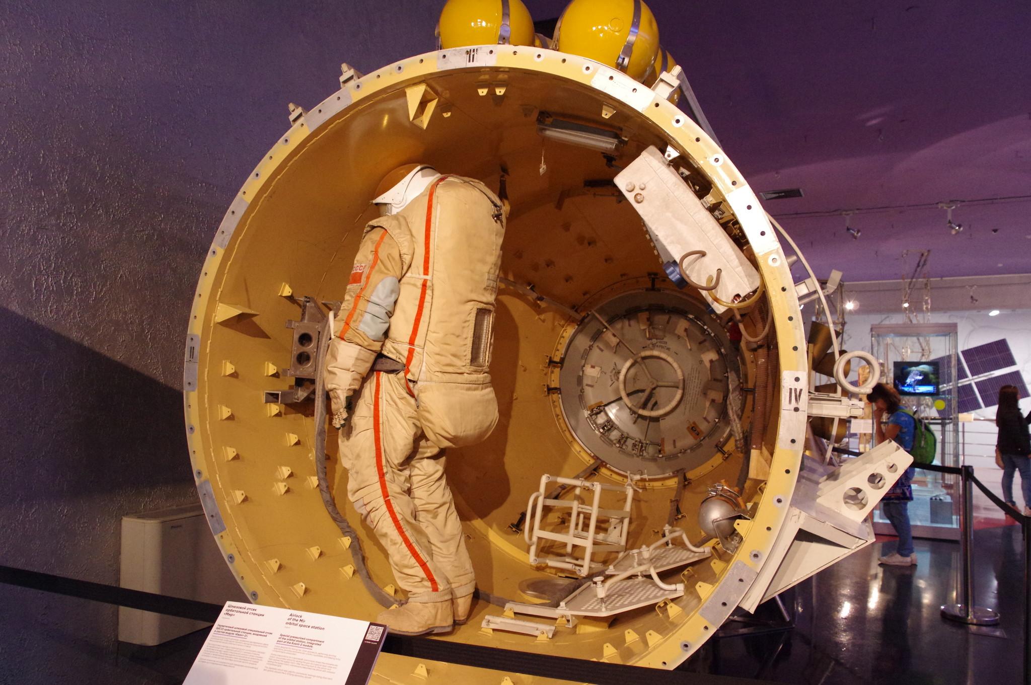 Герметичный шлюзовой специальный отсек (ШСО) орбитальной станции «Мир», входивший в состав модуля «Квант-2». Мемориальный музей космонавтики (Проспект мира, дом 111)