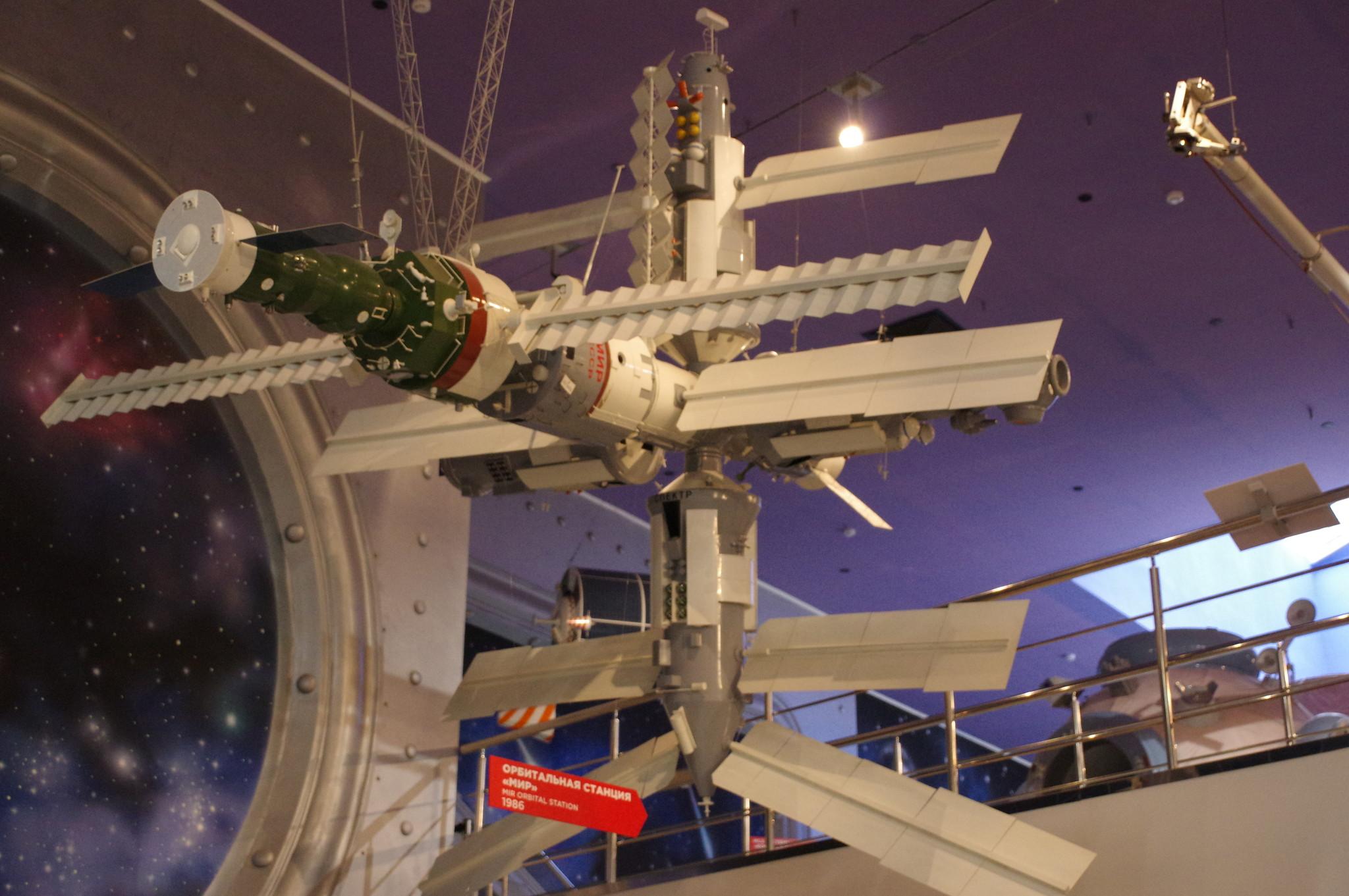 Орбитальная станция «Мир» макет М. 1:10 (на макете отсутствует стыковочный отсек для американского корабля «Спейс Шаттл»). Мемориальный музей космонавтики (Проспект мира, дом 111)